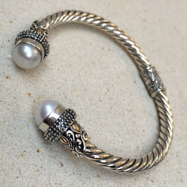 BR 12282 B-1 pc of hand carved 925 Bali silver Cuff bracelet with mabe pearl and 14kt gold accent
