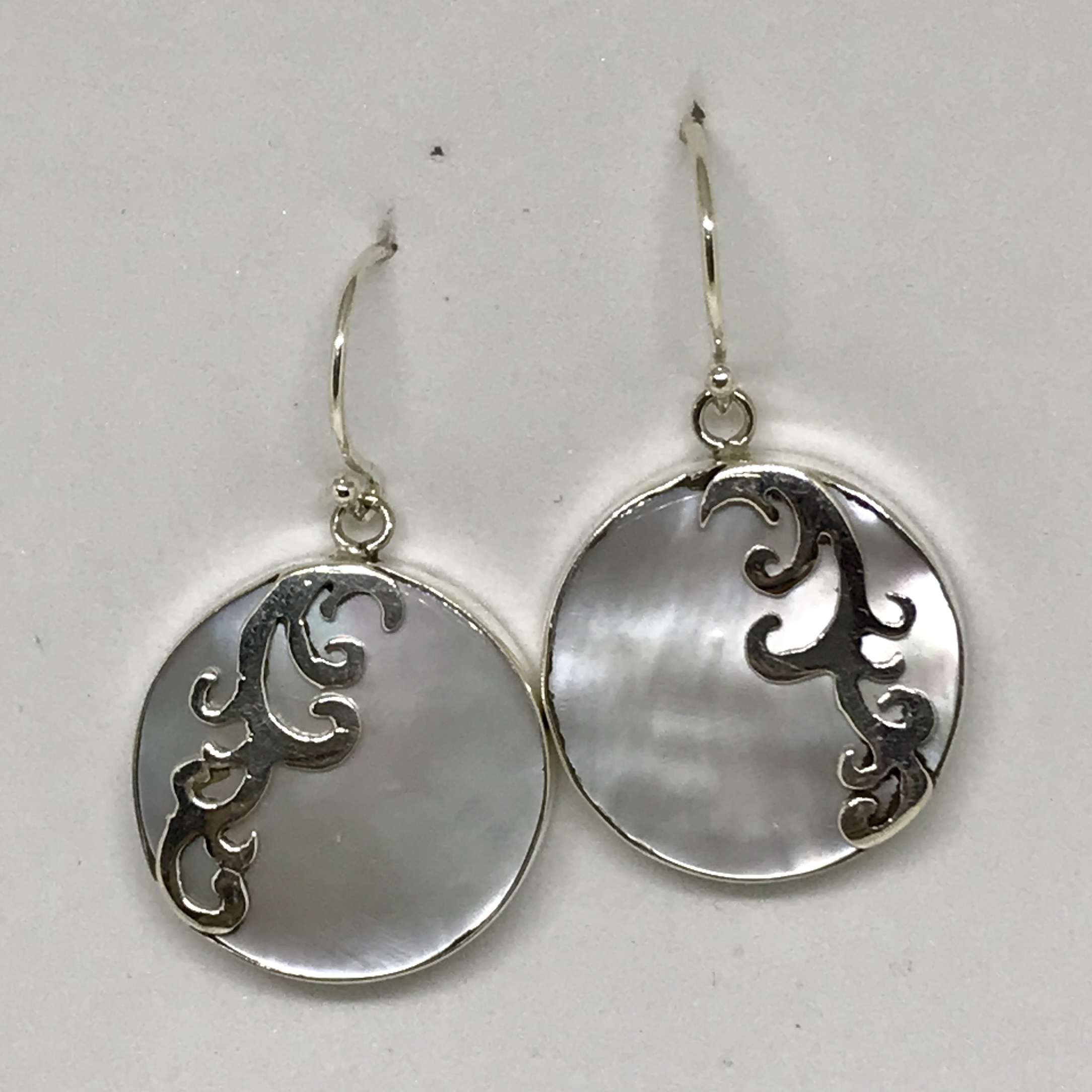 (HANDMADE 925 BALI SILVER EARRINGS WITH ROUND MOTHER OF PEARL)