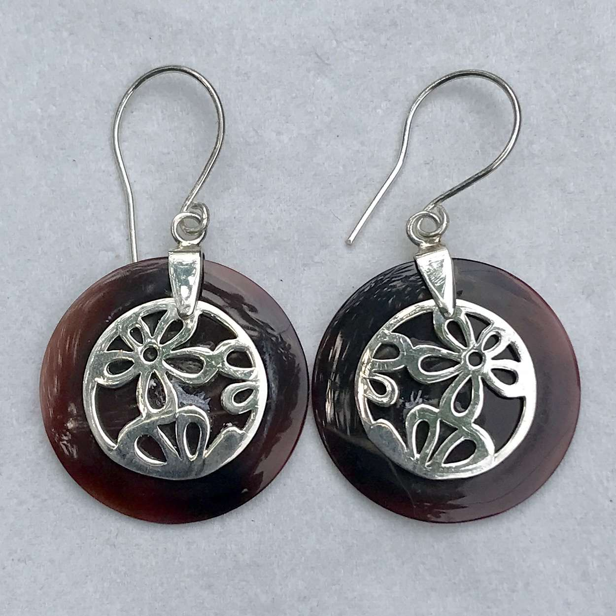 (925 BALI SILVER DAISY EARRINGS WITH BLACK SHELL)