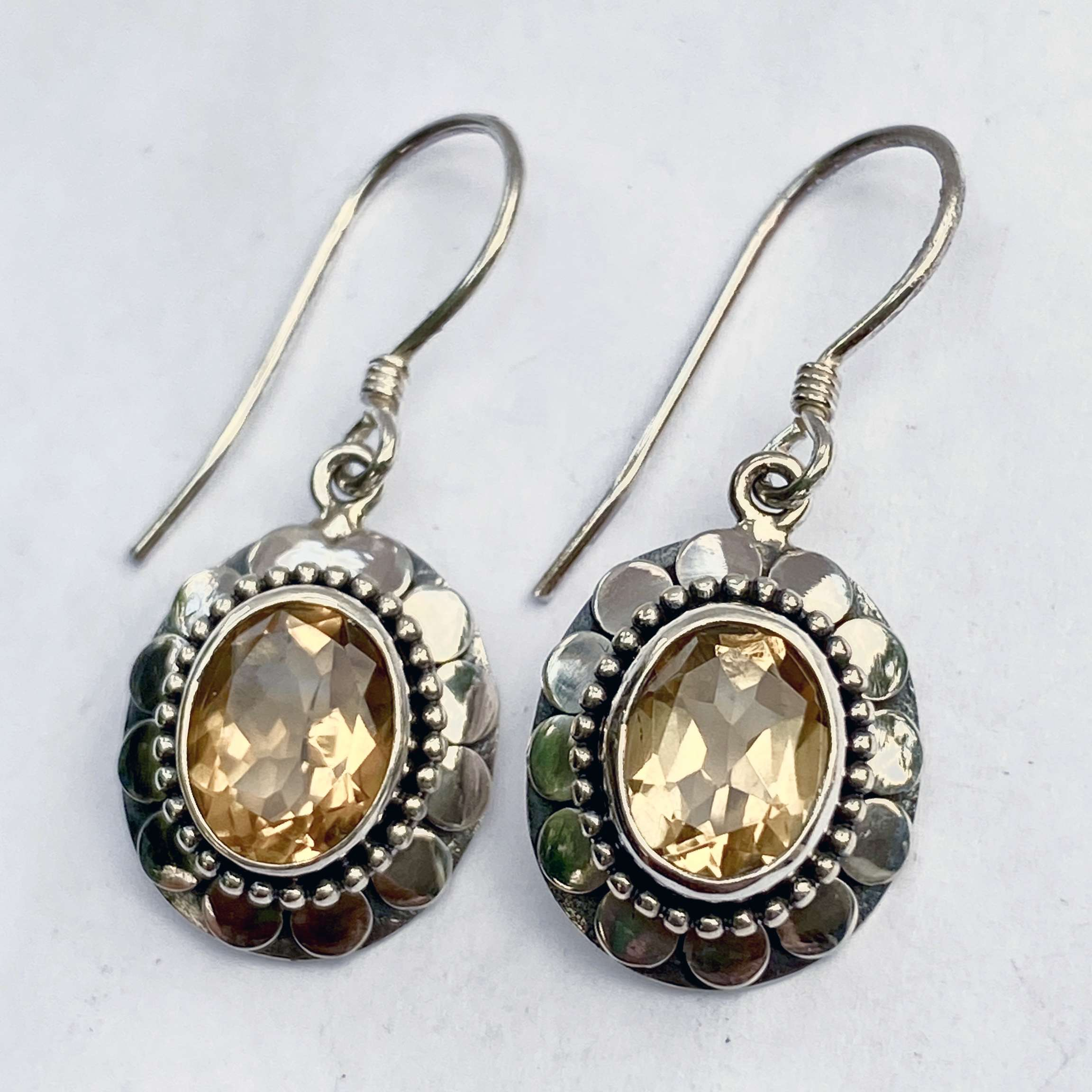 (OVAL 925 BALI SILVER ARMADILLO EARRINGS WITH CITRINE)