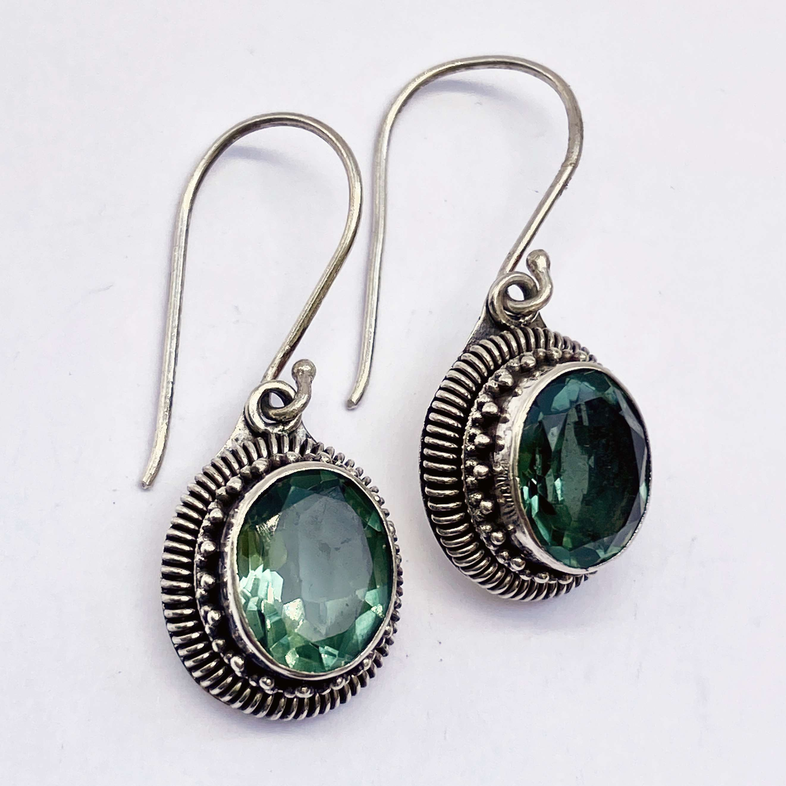 (HANDMADE 925 BALI STERLING SILVER EARRINGS WITH GREEN QUARTZ)