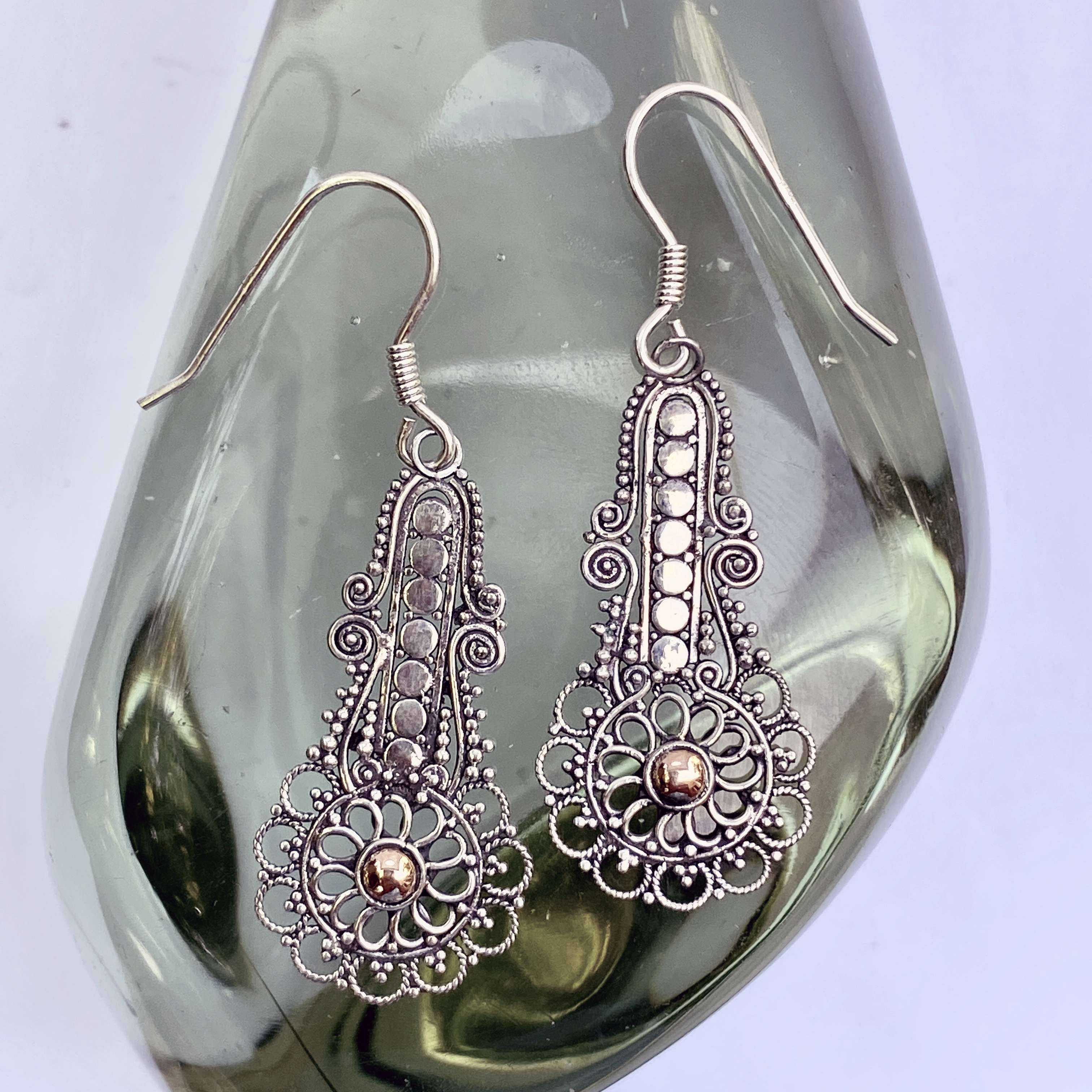 (HANDMADE 925 BALI SILVER FILIGREE EARRINGS WITH 18KT GOLD ACCENT)