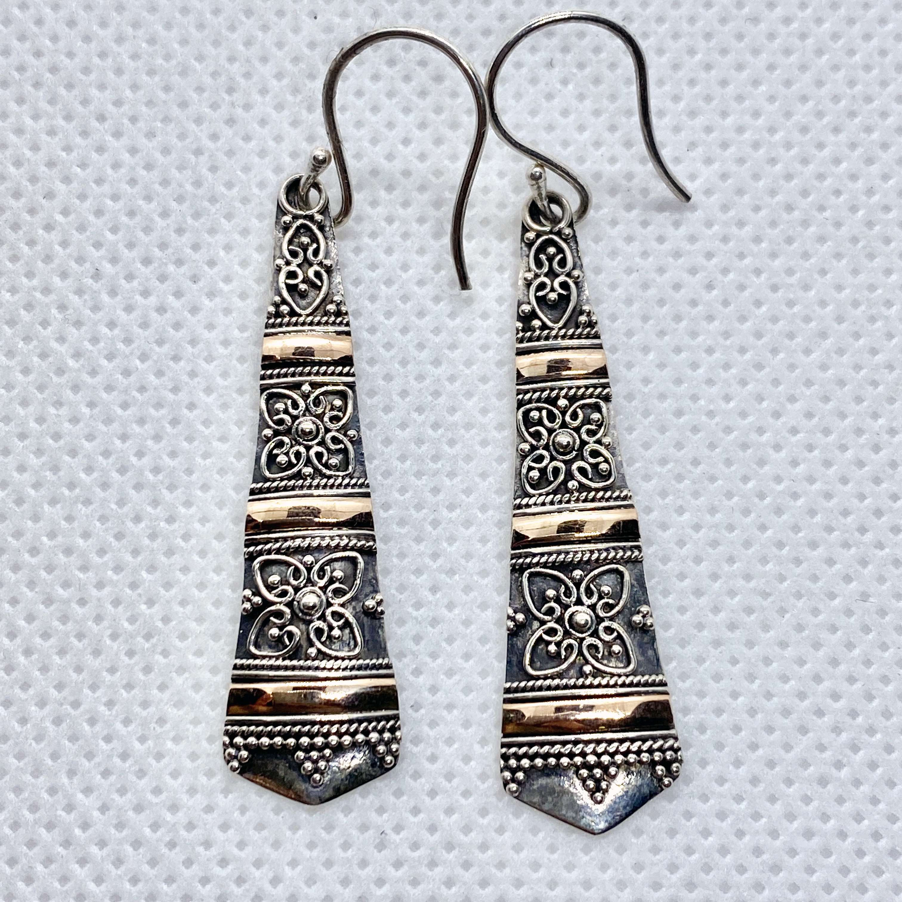 (UNIQUE 925 BALI SILVER FILIGREE EARRINGS WITH 18 KT GOLD ACCENT)