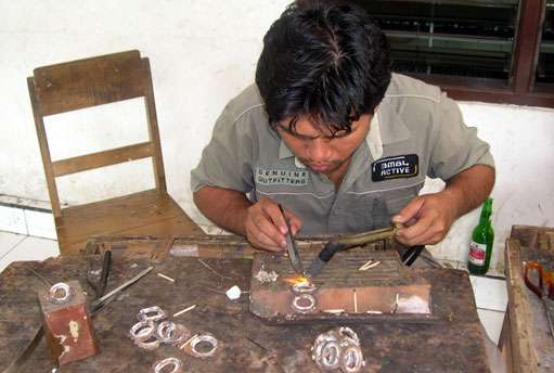Balinese silversmith do hand made Bali silver jewelry