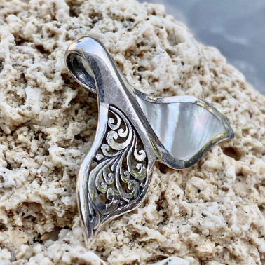 PD 14767 MP-(HANDMADE 925 BALI STERLING SILVER WHALE FIN TAIL PENDANT WITH MOTHER OF PEARL)