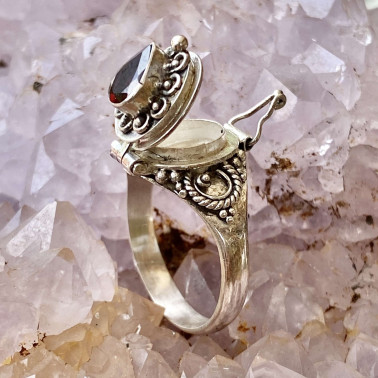 RR 13782 GR TEAR DROP-(HANDMADE 925 BALI STERLING SILVER POISON RING WITH TEAR DROP GARNET)